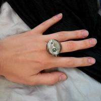 Disc de sticla de murano cu foita de argint si sfere de hematit