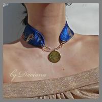 bijuterii handmade jewelry colier alama brass necklace matase silk albastru blue moneda coin floare